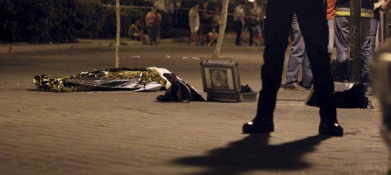 La Policía vigila el cadáver del joven fallecido el viernes en Vallecas.