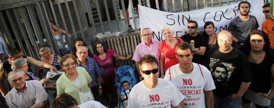 Vecinos del Barrio de La Fortuna de Leganés (Madrid) protestan por el cierre del centro de salud Marie Curie.
