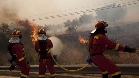 Miembros de la Unidad Militar de Emergencia (UME) trabajan para sofocar el incendio en Cortes de Pallás.
