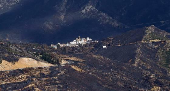 El pueblo de Dos Aguas rodeado de montes carbonizados tras los incendios.