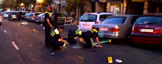 Los policías acordonan la zona del accidente, en la calle Toledo.
