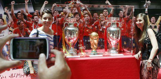 Una seguidora de La Roja posa con los trofeos.