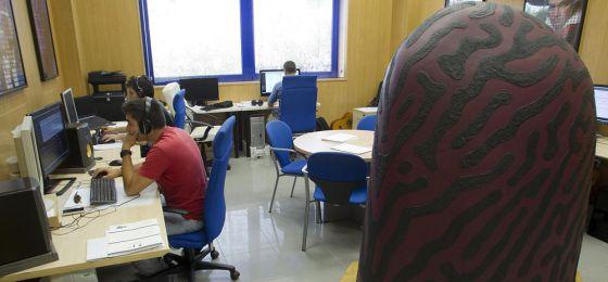 Investigadores de la Universidad de Málaga trabajan con el ordenador Iamus.