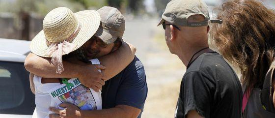 Una familiar de Ruth y José abraza a un miembro del equipo de búsqueda.