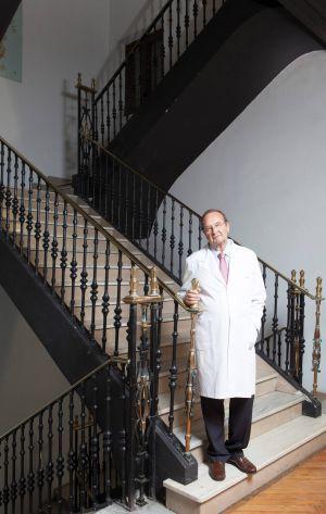 Fausto Galdo, en la escalera de la Real Academia Galega de Medicina.  XURXO LOBATO