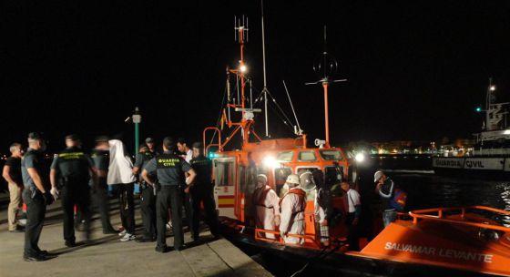 Los inmigrantes rescatados por Salvamento Marítimo se quedaron bajo la custodia de la Guardia Civil al arribar al puerto de Xàbia la madrugada del sábado.