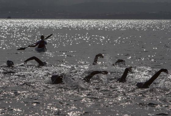 Participantes en la primera edición de la Batalla de Rande a nado.  LALO R. VILLAR