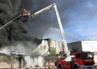 Un incendio destruye una nave de reciclaje en Riba-roja