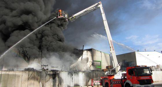 Tareas de extinción del fuego originado en el Polígono Industrial la Reva de Ribarroja.