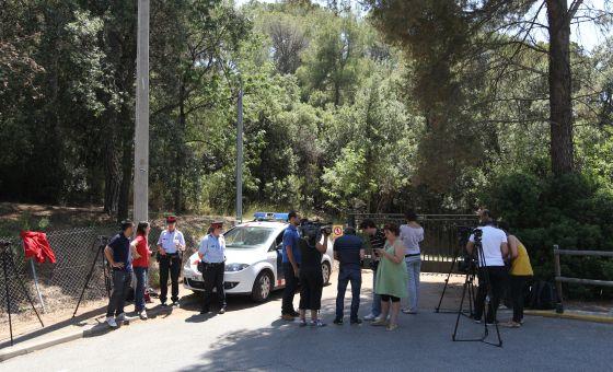 Los Mossos y los medios de comunicación hacen guardia en la puerta de la casa de Millet en la Almetlla del Vallès, Barcelona.