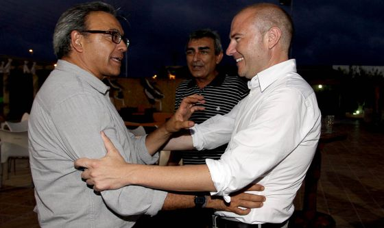 Manuel Mata saluda a Toni Gaspar.