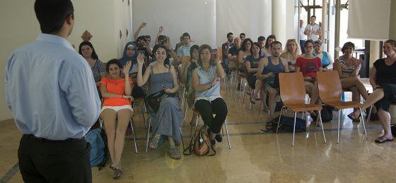 Los 35 jóvenes que participan en el proyecto home en la Cámara de Comercio de Sevilla