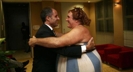 Francisco Camps abraza al actor francés Gérard Depardieu caracterizado como Obelix.