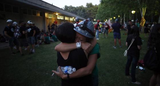 Dos mujeres se abrazan a la salida de la última etapa de la marcha.
