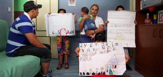 Marisol y sus cinco hijos en su piso de Carabanchel.