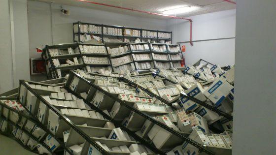 Estanterías caídas en la sala de archivos de la Ciudad de la Justicia de Valencia.