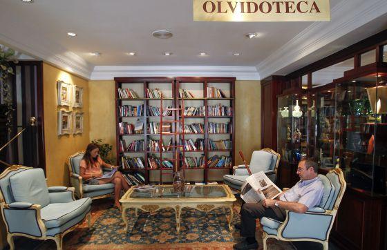 Clientes del hotel se entregan a la lectura en el espacio habilitado como Olvidoteca