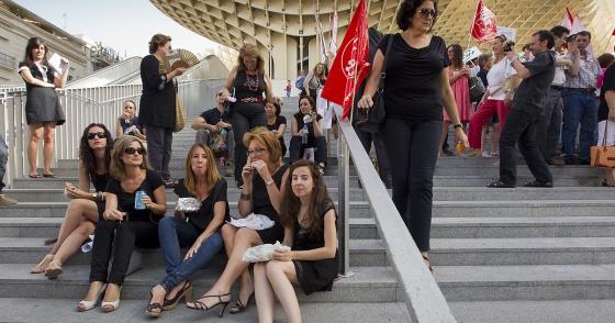 Un grupo de empleadas públicas del Ayuntamiento desayuna en la Plaza de la Encarnación de Sevilla.