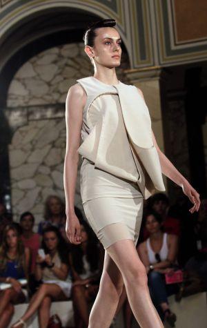 Una modelo luce una creación de Martinez Leirah durante su desfile en la pasarela 080 Barcelona Fashion.