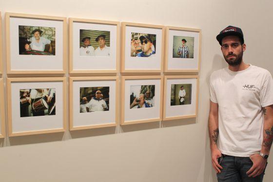 Yosigo, José Javier Serrano, posa junto a sus obras expuestas en 'Últimos años'