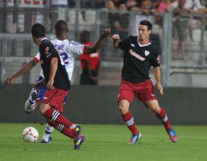 Aduriz disputa un balón durante el amistoso entre el Athletic y el Olimpique de Lyon.