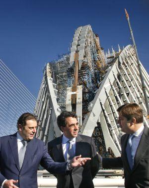 Santiago Calatrava, en el centro, en una visita a las obras de la Ciudad de las Artes y las Ciencias.
