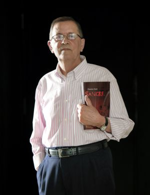 Francisco Asensi, con un ejemplar de 'Sangre'.