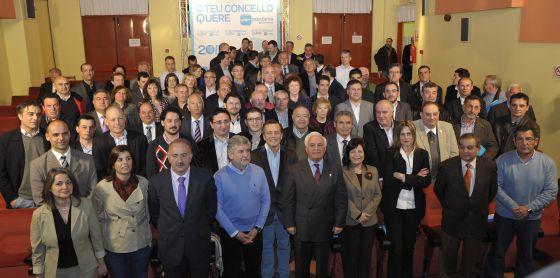 Candidatos del PP ourensano a las municipales de 2011 presididos por el exbarón, en el medio de la primera fila