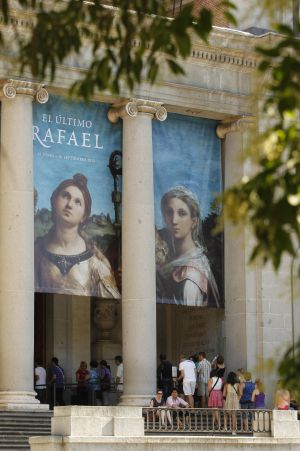 Cola de entrada en el Museo Nacional del Prado esta semana para ver la exposición de Rafael. / ÁLVARO GARCÍA