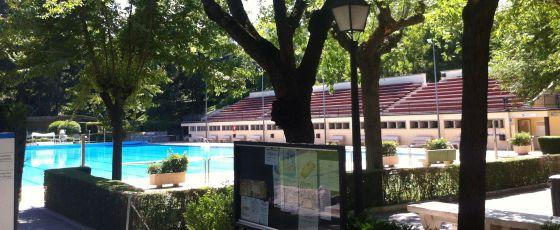 Piscina municipal del Lago, el sábado a las cinco de la tarde, vacía por la huelga.