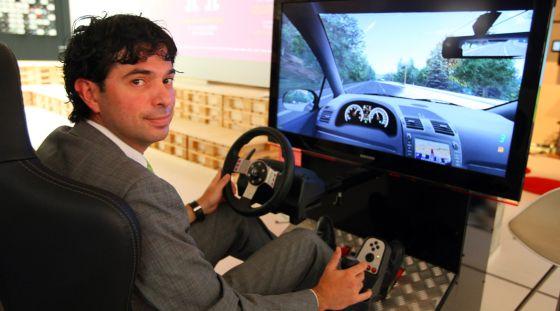 El presidente de Basquegame, Juan de Miguel, en un simulador de conducción eficiente dentro del evento Bideogames.