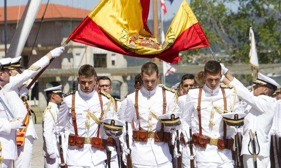 Más de 2.000 personas siguieron ayer la entrega de despachos en la Escuela Naval Militar de Marín (Pontevedra)