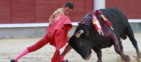 Juan Ortega, en un lance durante la novillada de ayer en Las Ventas.