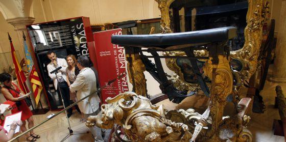El investigador Víctor Marco, la directora de Acción Cultural, Elvira Marco, y el director del Museo de Cerámica, Jaume Coll, en la presentación del diálogo entre el libro de Palomino y la Carroza de las Ninfas.