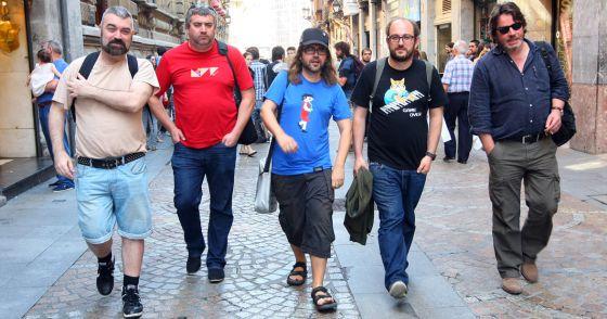 De izquierda a derecha, Juan Flahn, Kepa Sojo, Borja Crespo, Borja Cobeaga y Enrique Urbizu, ayer, en el casco viejo de Bilbao.