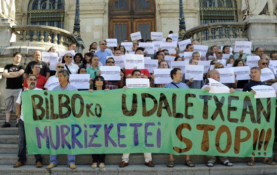 Medio centenar de trabajadores del Ayuntamiento de Bilbao se concentraron ayer contra los recortes.
