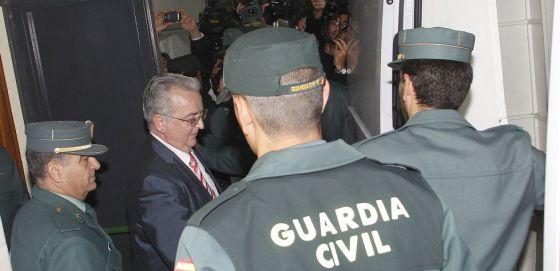 La Guardia Civil conduce al exconsejero de Empleo, Antonio Fernández, a prisión en abril.