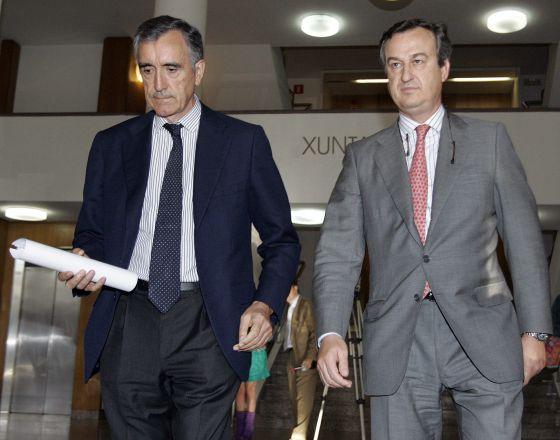 El presidente de Novagalicia, José María Castellano, y el consejero delegado, César González-Bueno saliendo del la Xunta tras reunirse con Feijóo