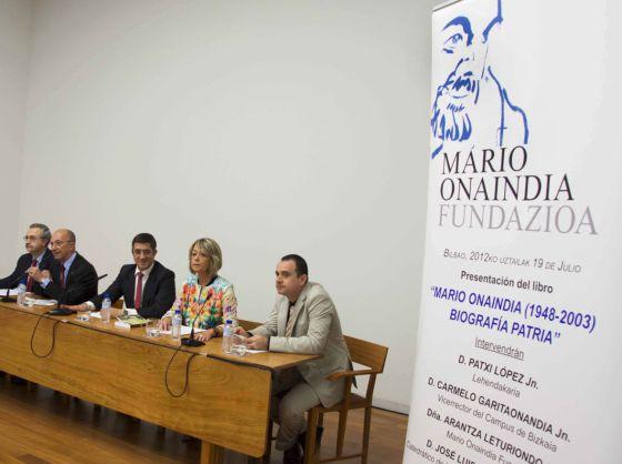 López, en el centro de la imagen, durante la presentación de la biografía sobre Mario Onaindia.