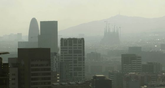 Vista del centro de Barcelona cubierta por una capa de polución, en agosto de 2011.