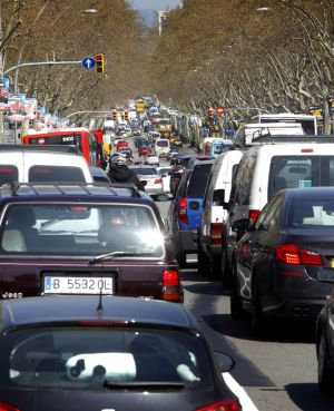 La Gran Via de Barcelona atestada de vehículos.