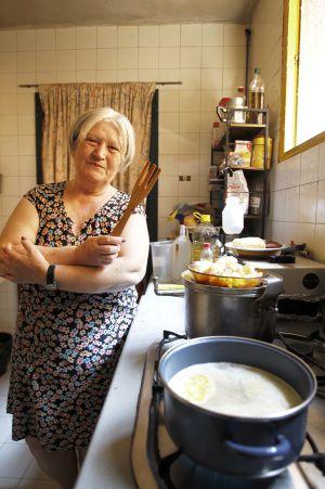 Candela en la cocina de su casa en el barrio de Lavapiés.