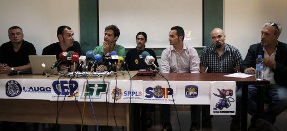 Representantes de los cuerpos policiales y de los bomberos, ayer, al anunciar en Valencia sus próximas movilizaciones.