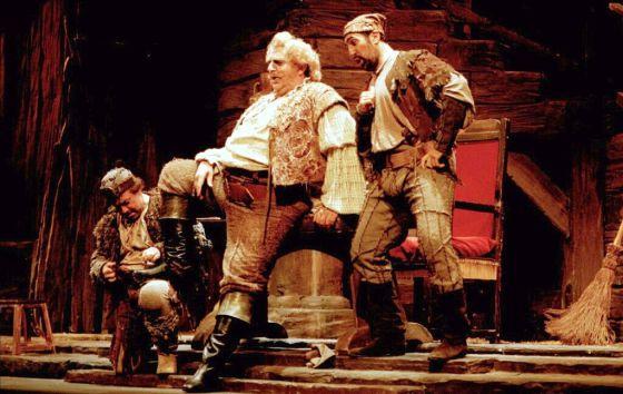 Joan Pons, como Falstaff, en una representación de la ópera de Verdi en el teatro Campoamor de Oviedo en 1997.