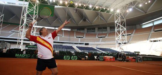 Zoido juega al tenis en las instalaciones de la Copa Davis.