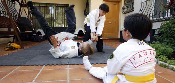Clase de autodefensa contra el acoso escolar.