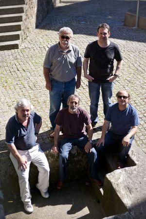 Cinco dos seis integrantes de Milladoiro, na entrada do Museo do Pobo Galego de Santiago.