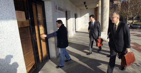 Antonio Sayago y Óscar Romera, a la entrada de los juzgados.