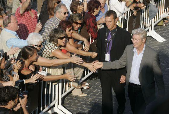 El actor Richard Gere saluda a los aficionados al cine en su visita a San Sebastián en 2007.
