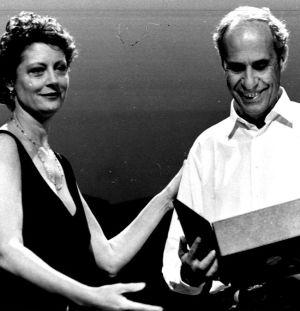 La actriz Susan Sarandon entrega la Concha de Oro al director canadiense Mort Ransen en la edición del Zinemaldia de 1995.